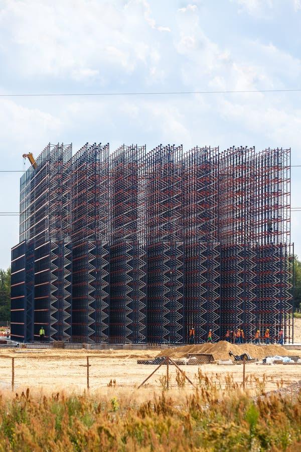 Construction en métal sur le fond de ciel image libre de droits