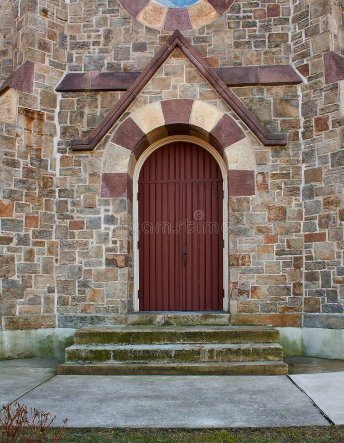 Construction en pierre avec la trappe rouge photographie stock libre de droits
