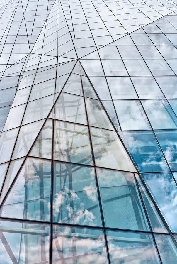 Construction en verre moderne dans l'abstrait photographie stock