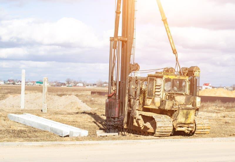 Construction et construction de la base sur les piles motrices concrètes renforcées dans le sol pauvre, équipement pour l'entraîn photo libre de droits