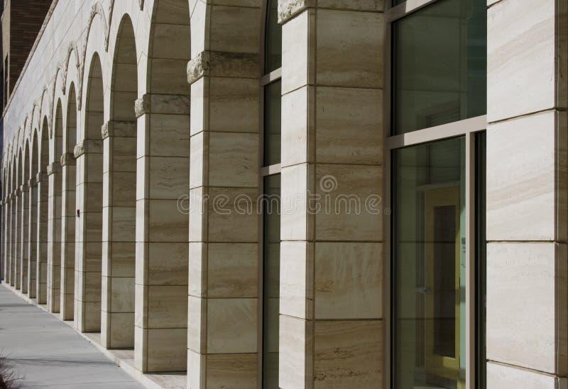 Construction extérieure d'affaires de passage arqué image libre de droits