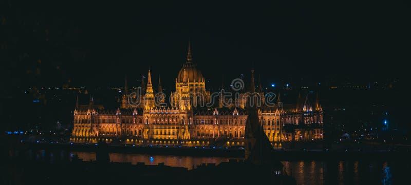 Construction hongroise du Parlement la nuit à Budapest, Hongrie images libres de droits