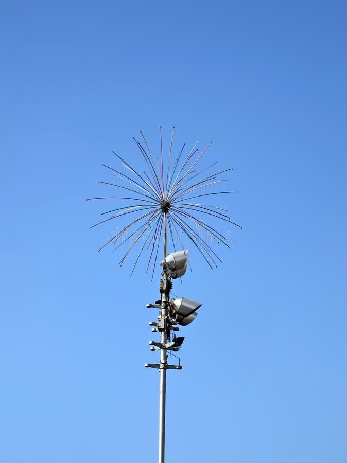Construction métallique de sphère sur le ciel bleu, diversité électrique de construction, images libres de droits