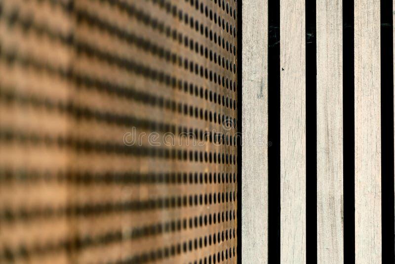Construction métallique perforée et lamelles en bois photographie stock