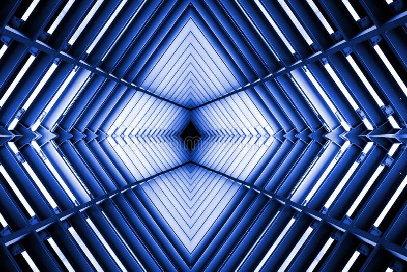 Construction métallique semblable à l'intérieur de vaisseau spatial dans la lumière bleue photographie stock libre de droits