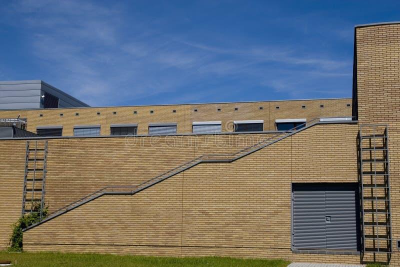 Construction moderne d'université images stock