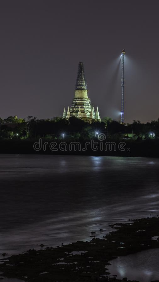Construction Phra Chedi Tham Singhaburajariyanusorn, Amphawan Temple, Take pictures from across the river at night stock images