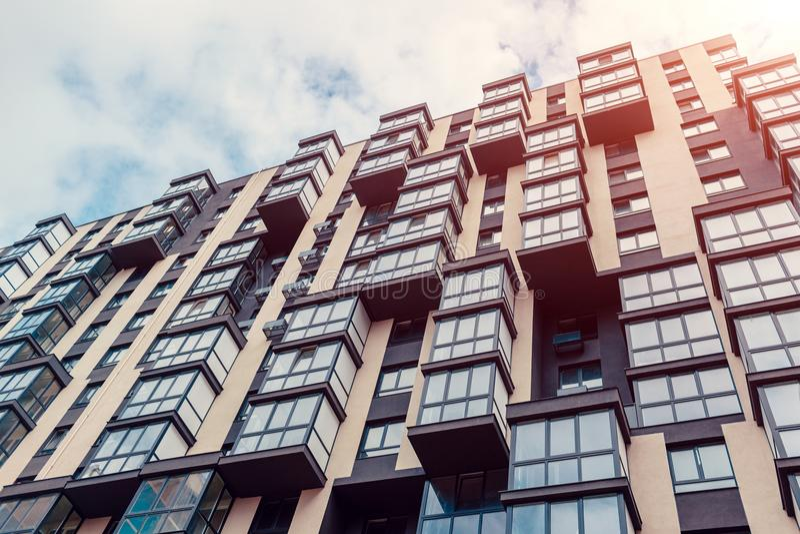 Construction résidentielle à plusiers étages neuve Maison moderne sur le fond de ciel photographie stock