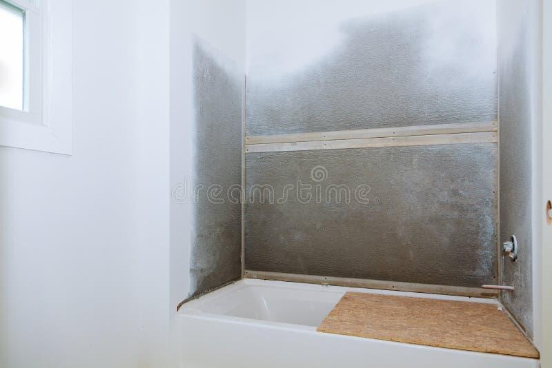 Construction : Retouche d'une installation de salle de bains image stock