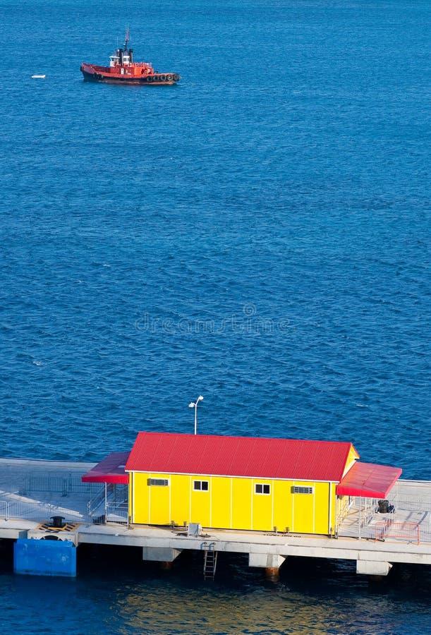 Construction rouge et jaune et remorqueur rouge photo libre de droits