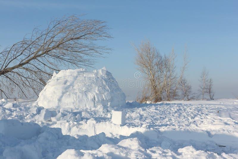 Construction un igloo sur une clairière de neige pendant l'hiver photographie stock libre de droits