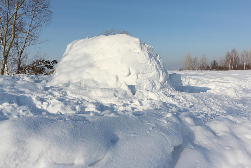 Construction un igloo sur une clairière de neige pendant l'hiver photo stock