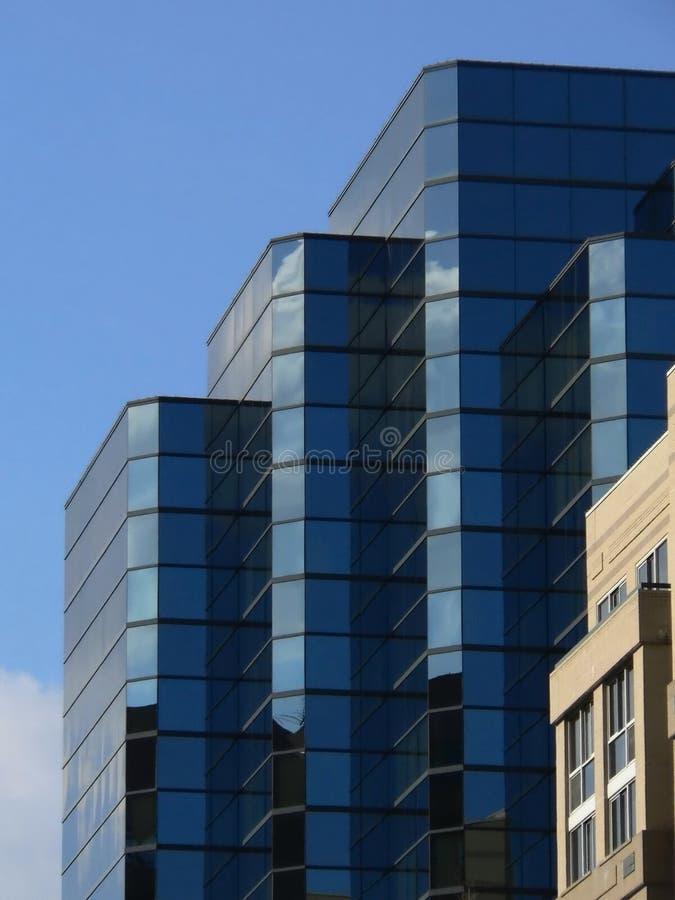 Constructions bleues avec des réflexions photographie stock