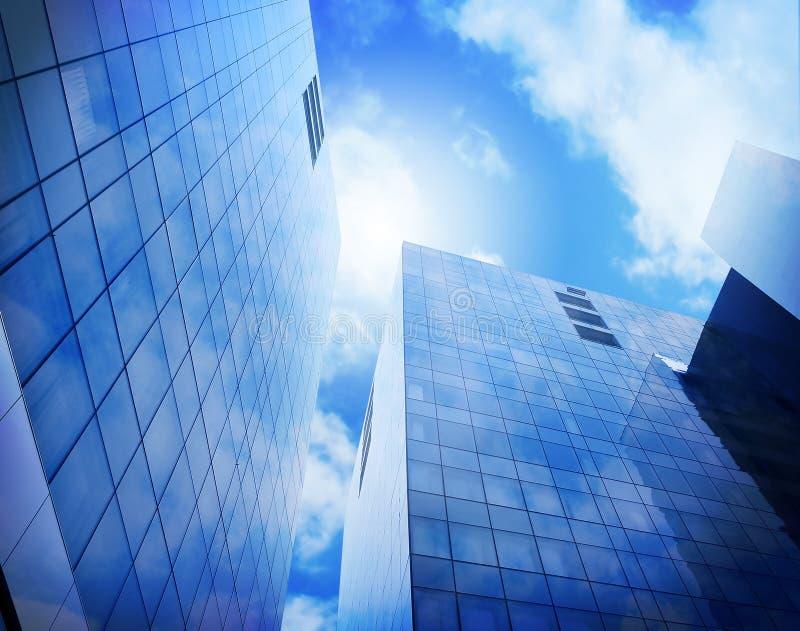 Constructions bleues lumineuses de ville avec des nuages photographie stock