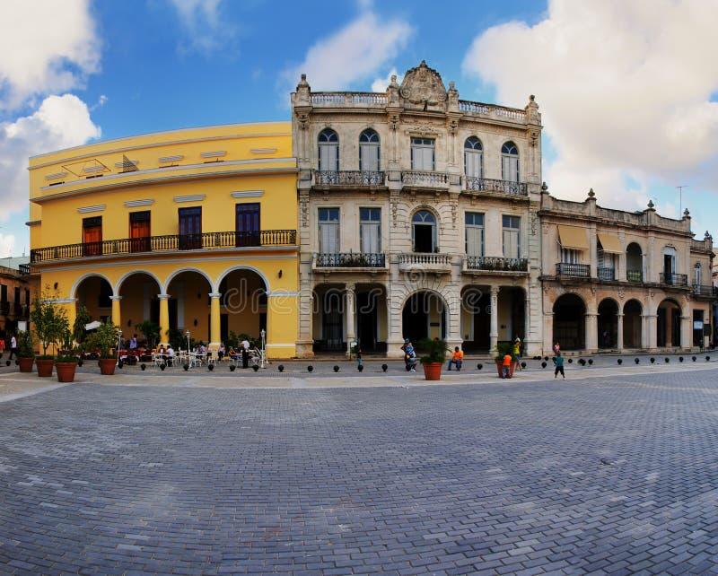 Constructions coloniales types dans la vieille plaza de la Havane image stock