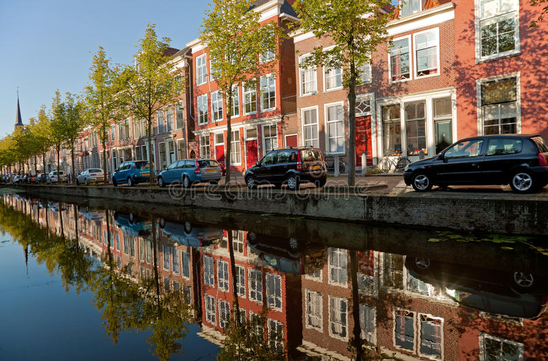 Constructions colorées de Delft et de leur réflexion dans le canal photographie stock