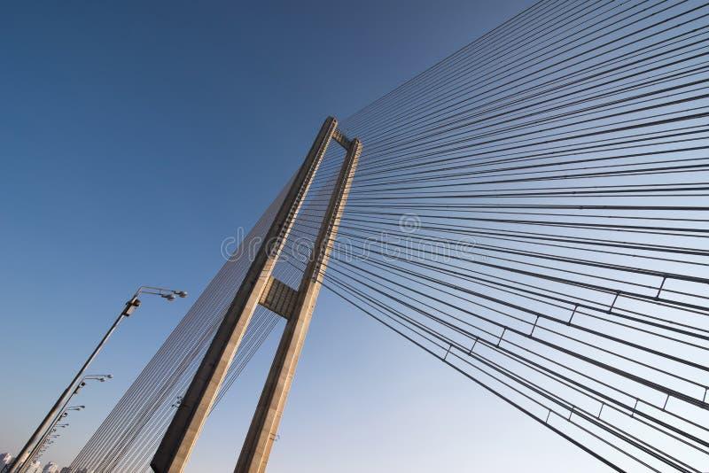 Constructions de cordes en acier de pont sur le fond de ciel photographie stock libre de droits