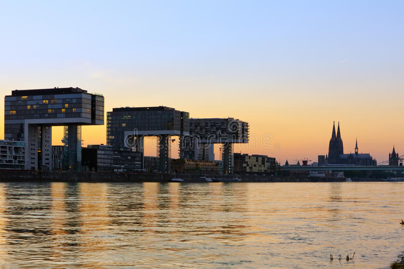Constructions de Kranhaus et cathédrale de Cologne photographie stock libre de droits