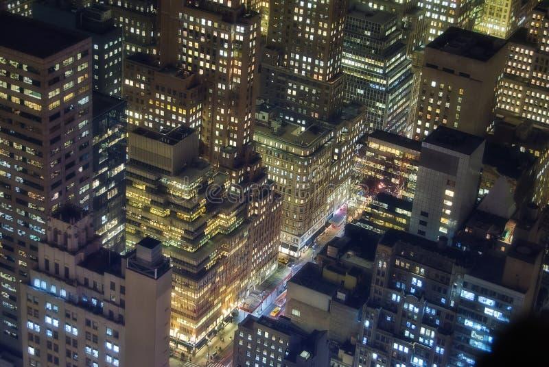 Constructions de New York la nuit photos libres de droits