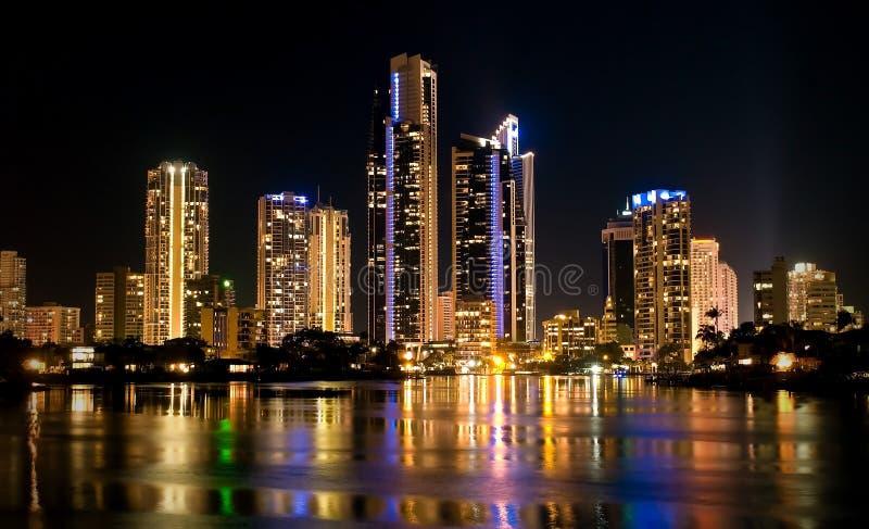 Constructions de paradis de surfers la nuit en Australie images stock