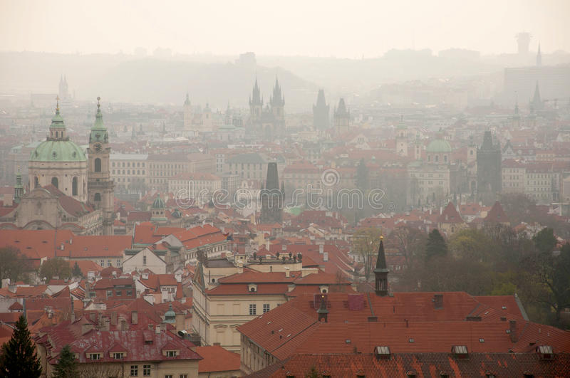 Constructions de Prague dans le regain de matin images libres de droits