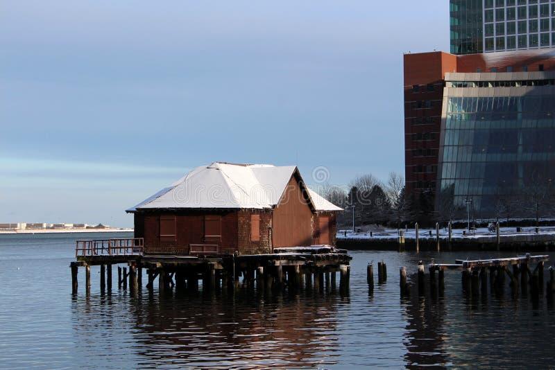 Constructions de ville sur le port photos stock