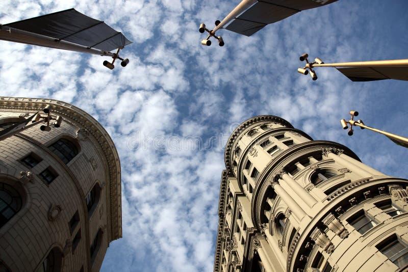 Constructions du centre sous les nuages gonflés images libres de droits