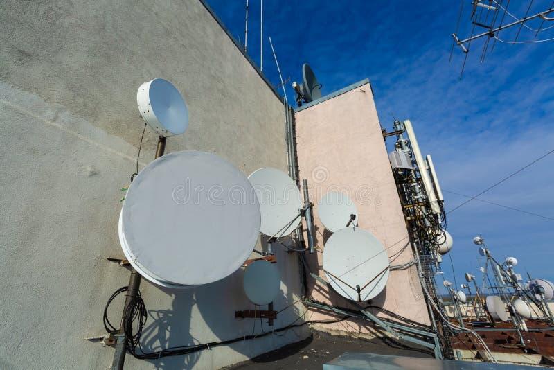 Constructions en métal avec l'équipement de données de télécommunication, antennes paraboliques, vitesse à micro-ondes, antennes  images stock