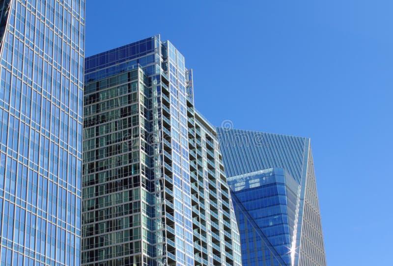 Constructions en verre contre un ciel bleu photos libres de droits