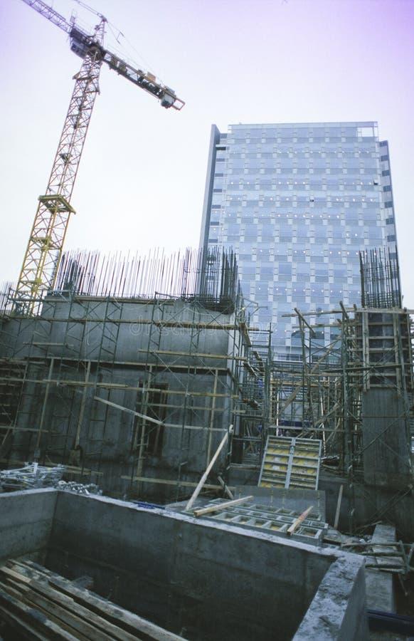Constructions et grue d'immeuble de bureaux photos stock