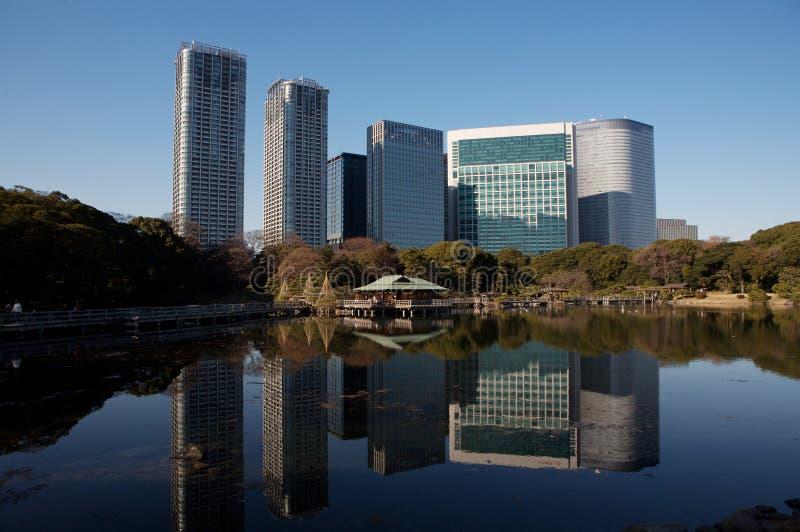 Constructions et jardin d'affaires de ville de Tokyo photo libre de droits