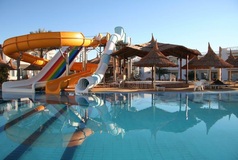 Constructions et parasols d'Aquapark image stock