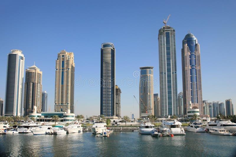 Constructions neuves se levant à Dubaï photographie stock libre de droits