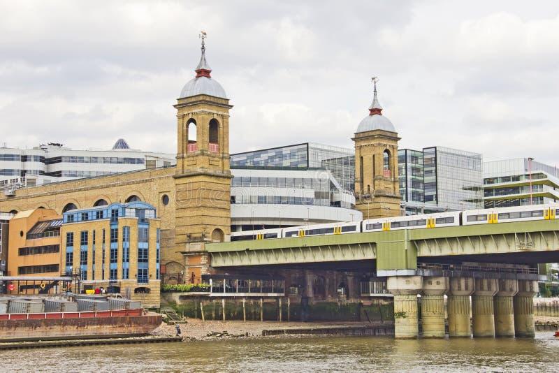 Constructions par le fleuve de Tamise images libres de droits