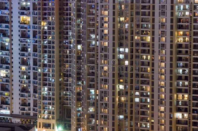 Constructions résidentielles par nuit photos stock