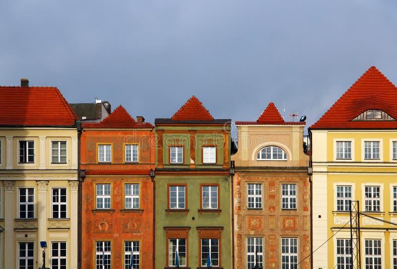 Constructions sur le grand dos du marché à Poznan, Pologne images libres de droits