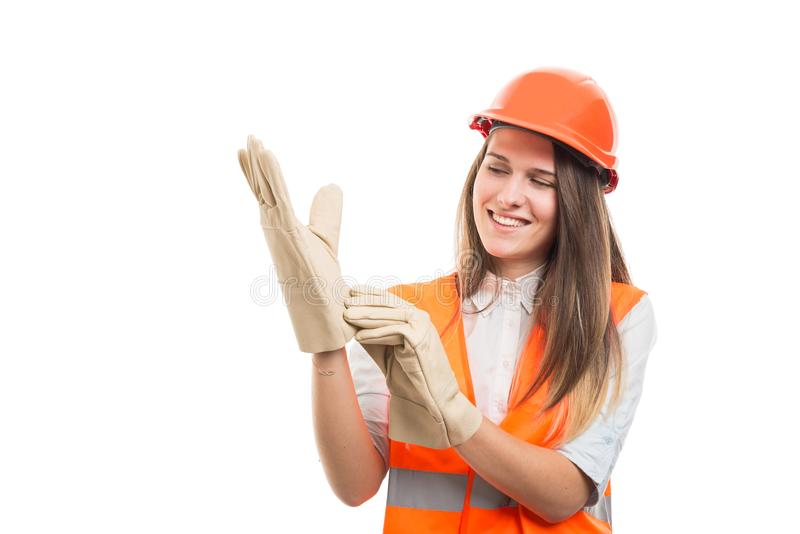 Constructor acertado feliz que pone guantes imagen de archivo
