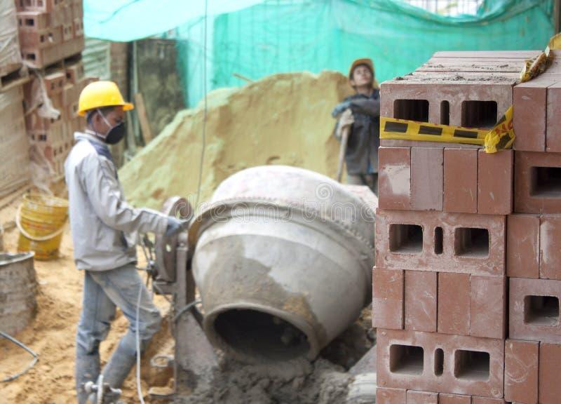 Constructor de casa (albañil) en el trabajo imagenes de archivo