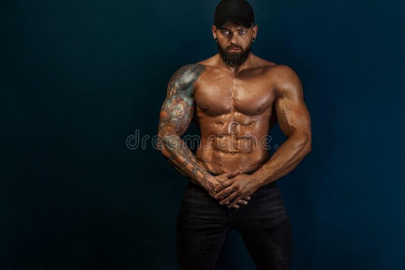 Constructor de cuerpos sólido y en forma. Atleta deportiva. Concepto de deporte y fitness. Moda masculina imágenes de archivo libres de regalías