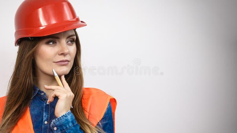 Constructor de la construcción del ingeniero de la mujer en casco foto de archivo libre de regalías