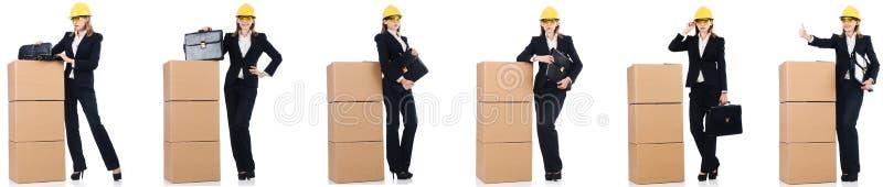 Constructor de la mujer con la caja aislada en blanco imagenes de archivo