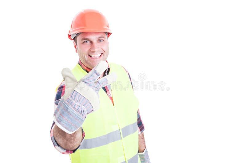 Constructor de sexo masculino alegre que muestra el número tres imagen de archivo