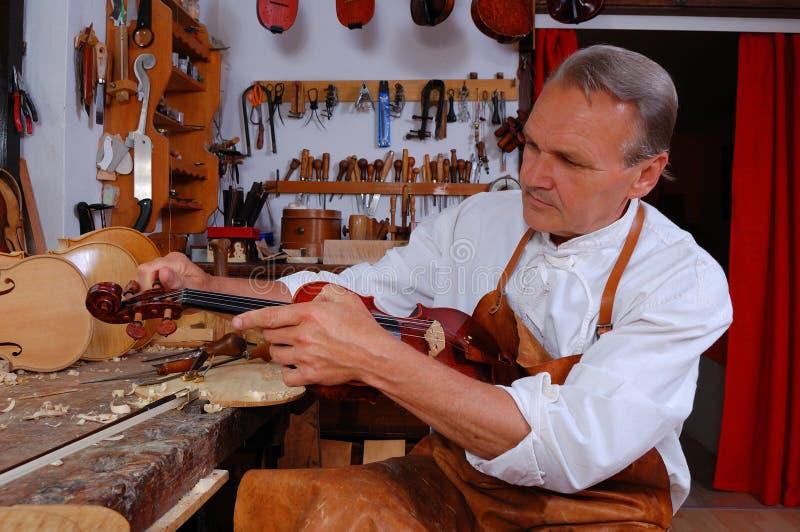 Constructor del violín y su taller fotografía de archivo