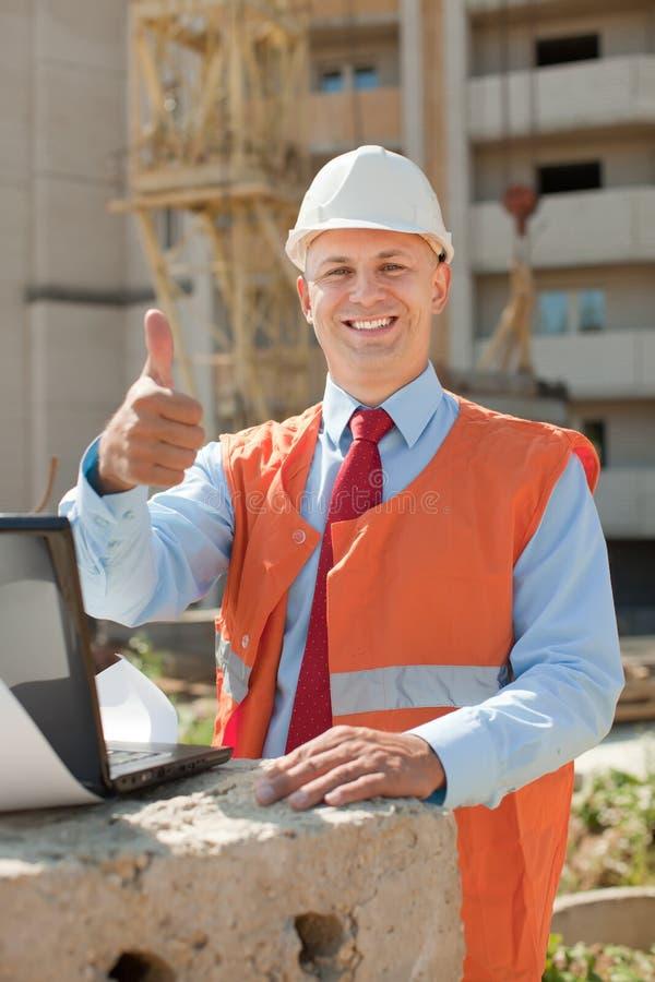 Constructor feliz en solar foto de archivo