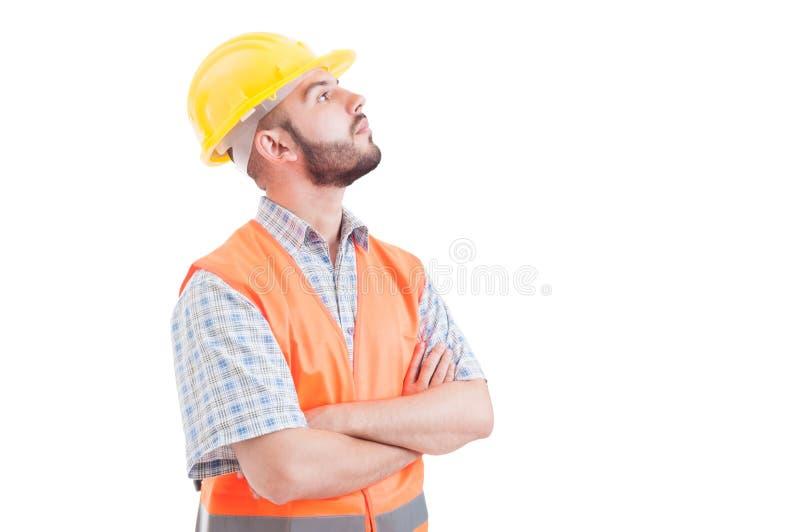 Constructor o ingeniero confiado que parece para arriba derecho imagen de archivo
