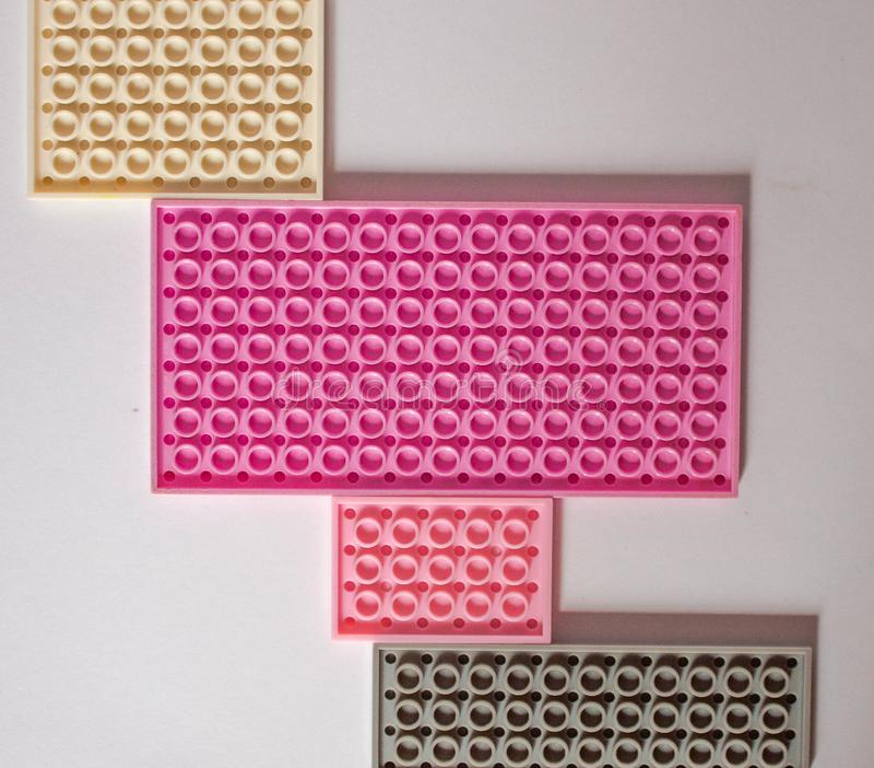 Constructor rosado en un fondo blanco Textura Concepto del minimalismo, endecha plana, visión superior, fondo imagen de archivo