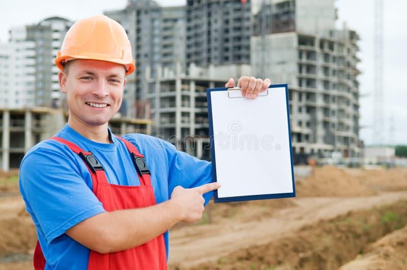 Constructor sonriente con el sujetapapeles foto de archivo libre de regalías