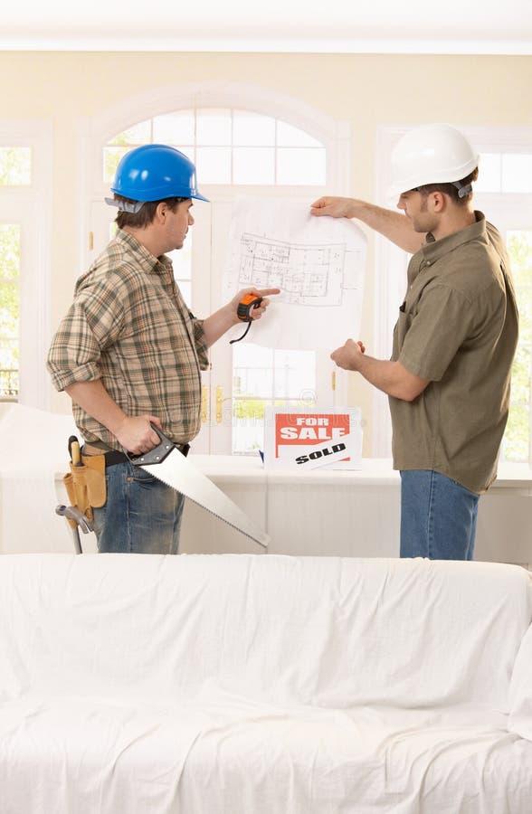 Constructor y arquitecto en la discusión imagen de archivo