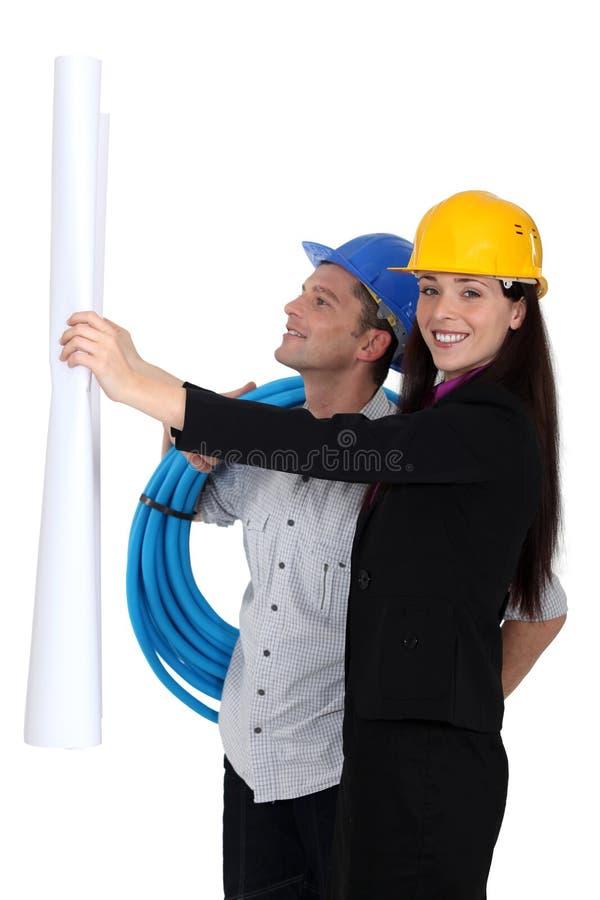 Constructores de sexo masculino y de sexo femenino foto de archivo libre de regalías