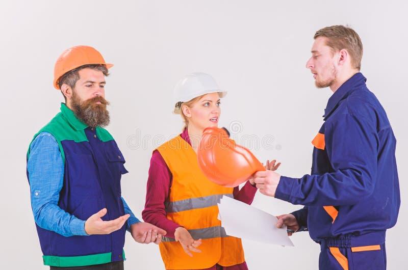 Constructores e ingeniero que discuten, entendiendo mal Concepto del conflicto laboral imagen de archivo libre de regalías